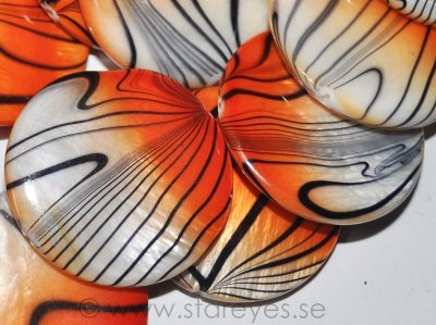"Mother of Pearl ""Tiger Flame"", handskurna stora coins 30mm"
